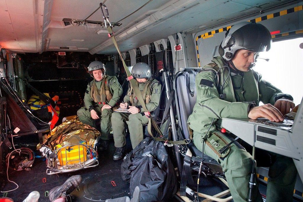"""L'hélicoptère Cayman Marine NH90,de la flottille 33F de la base d' aéronautique navale de Lanvéoc Poulmic, à effectué une évacuation médicale afin d'évacucuer un marin pêcheur accidenté sur le fileyeur """"ND de KERIZINEN II"""", dans le le cap 252 de Lanvéoc Poulmic ceci à 112 nautiques des côtes Bretonnes le 19 Avril 2016."""