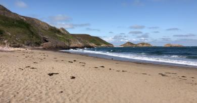 Erquy: La Plage Naturiste du Lourtuais - Bretagne Télé