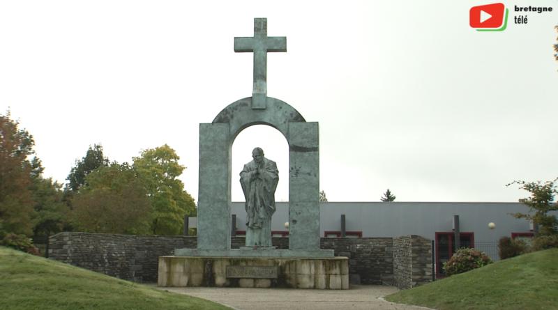 Ploërmel | La statue de Jean-Paul II - Bretagne Télé